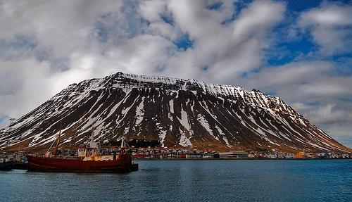 Mount Eyrarfjall and the town of Ísafjörður - Photo: arnitr